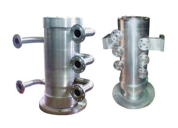 转炉系列旋转接头安装于钢铁生产企业转炉耳轴部位,用于转炉与各通路管道的连接,传输炼钢转炉所需的冷却,底吹,顶吹等介质。保证转炉在生产过程中不间断通水与通气,实现对转炉耳轴、托圈、炉帽等部位的冷却,并可同时对转炉进行氩(氮)气底吹及进行炉腹风冷,是保障转炉连续安全生产的重要部件。